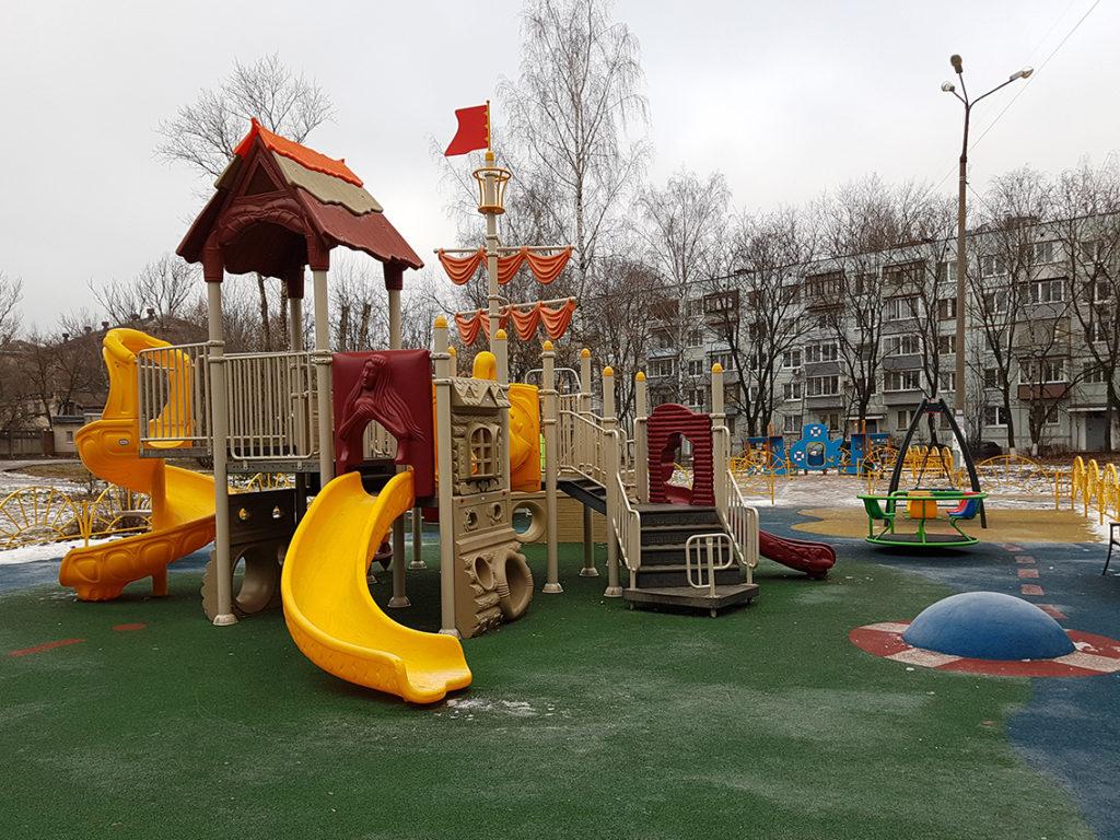 Расчищенная от снега детская площадка