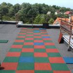 Резиновая плитка на крыше дома