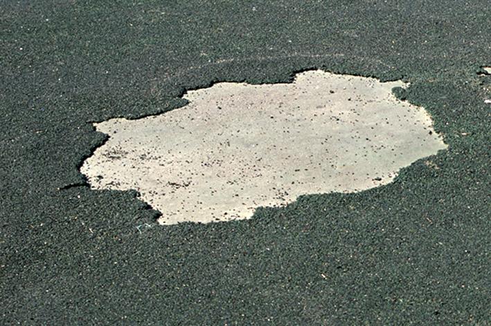 Дыра в бесшовном покрытии покрытии на детской площадки