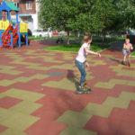 Резиновая плитка на детской площадке во дворе дома