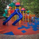Резиновая плитка на детской площадке в парке