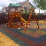 Резиновые плиты на детской площадке