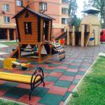 Резиновая плитка на детской площадке во дворе жилого дома