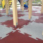 Плитка Rubblex Puzzle на оборудованной детской площадке