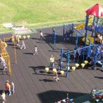 Резиновая плитка на большой детской площадке