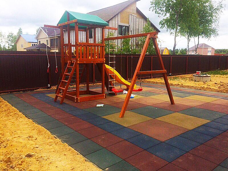 Резиновая плитка на дачной детской площадке