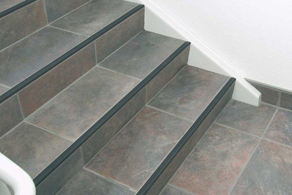 Керамическая плитка на ступеньках
