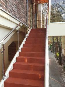 Ступени из плитки на лестнице