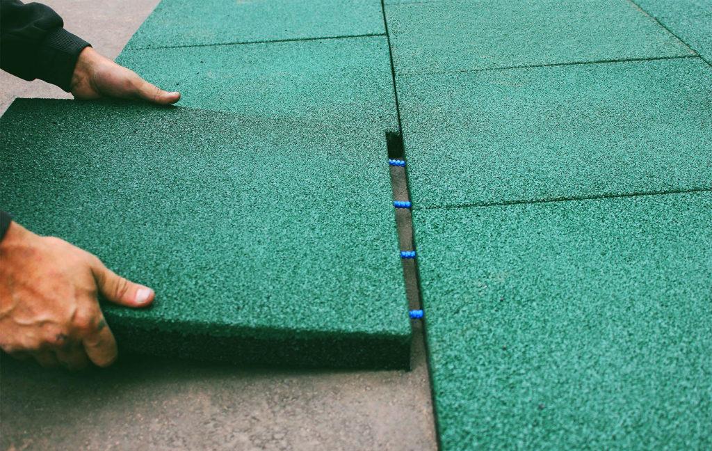 Укладка резиновой плитки со втулками