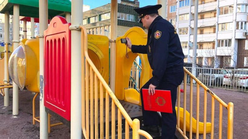 Проверка детской площадки инспектором ГАТН