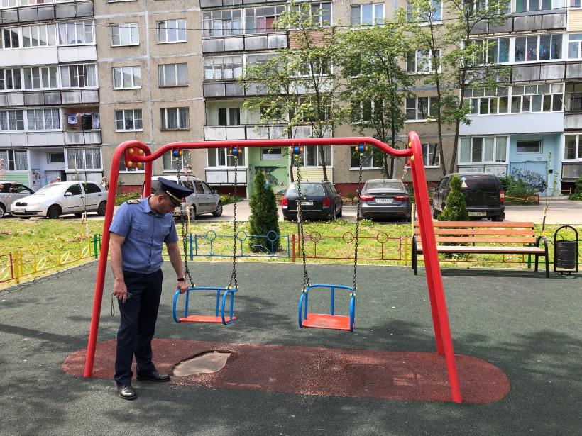 Проверка Госадмтехнадзором детской площадки