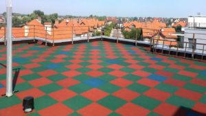 Резиновая плитка на крыше здания