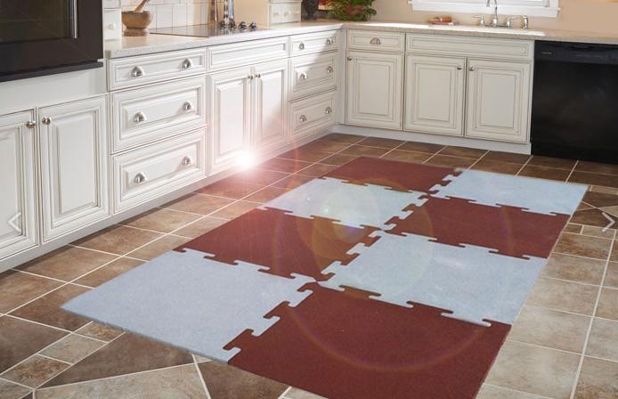 Резиновая плитка на полу кухни