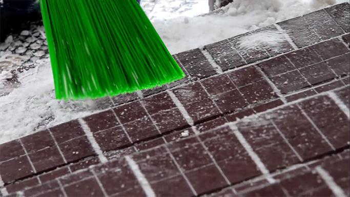 Расчистка резиновой плитки от снега на крыльце
