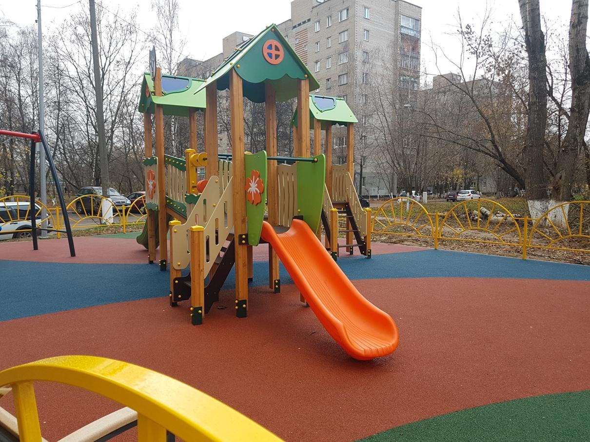 Детская площадка для маленьких детей с травмобезопасным резиновым покрытием