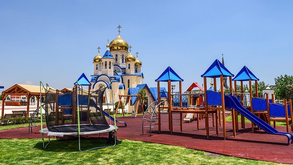 Детская площадка у храма