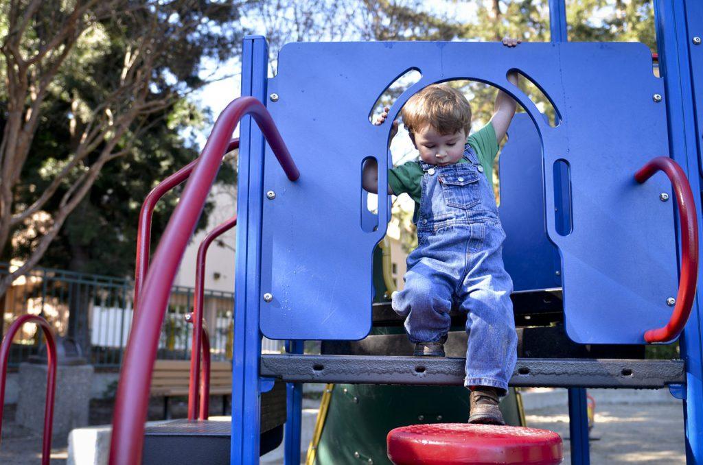 Ребенок на детской площадке