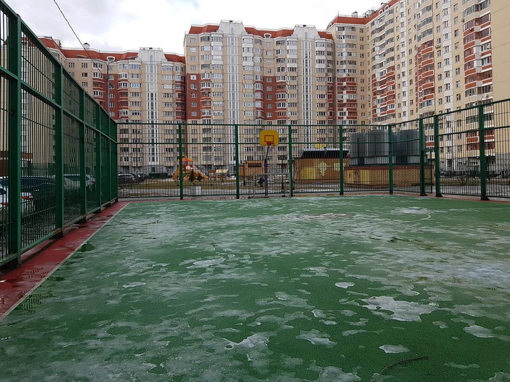 Снег на баскетбольной площадке с бесшовным резиновым покрытием