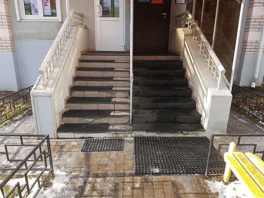 Резиновая плитка на лестнице у входа