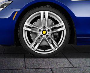 Колесо автомобиля на резиновой плитке