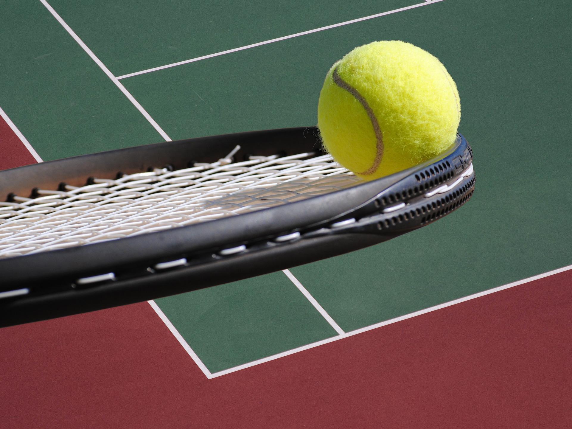 Ракетка и теннисный мяч