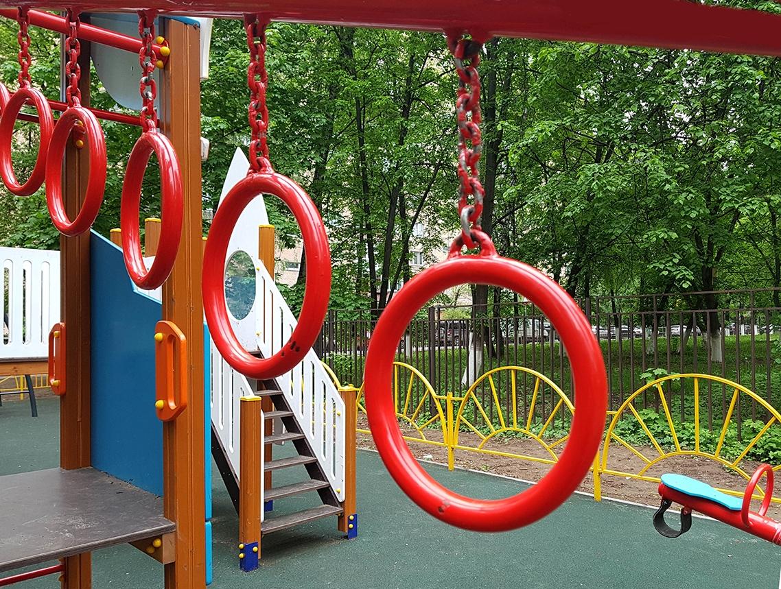 Детские кольца на площадке