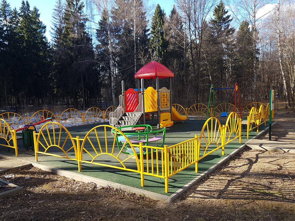 Детская игровая площадка на краю городмкого леса