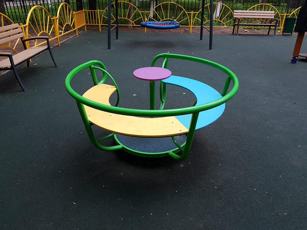 Новое детское игровое оборудование на детской площадке