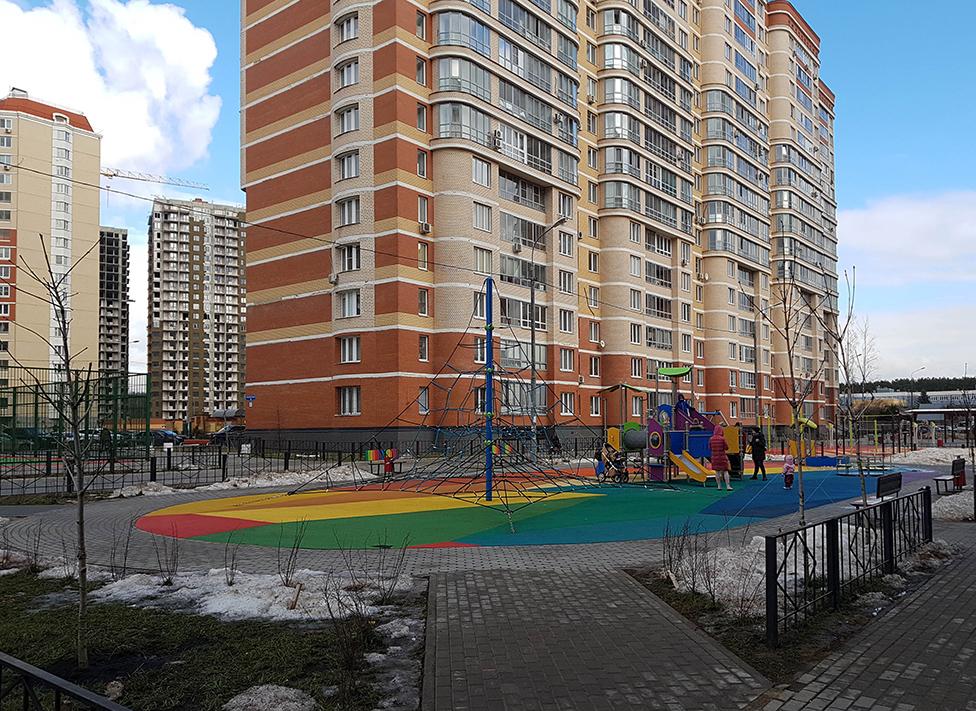 Многоцветовое резиновое бесшовное покрытие детской площадки из резиновой крошки