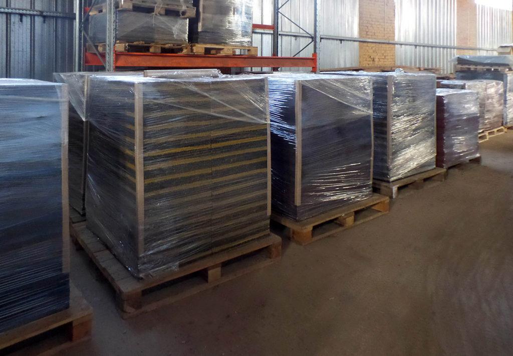 Складирование плитки из резиновой крошки на заводе