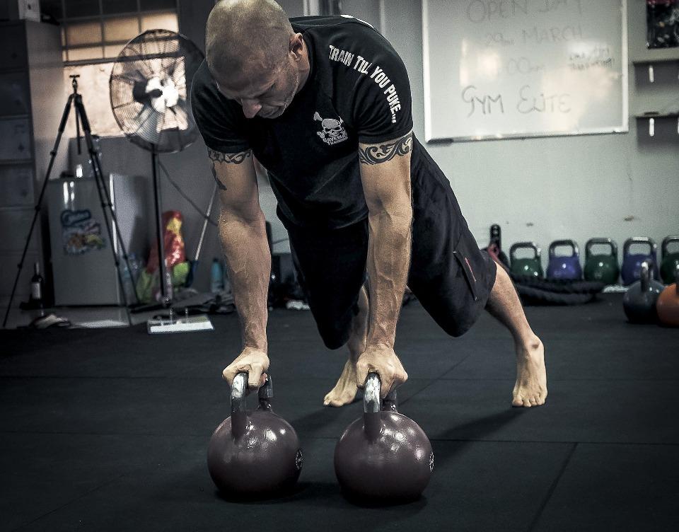 Тренируется физкультурник