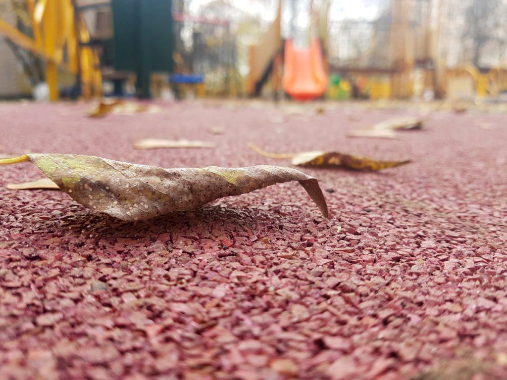 Покрытие из резиновой крошки на детской площадке во дворе дома