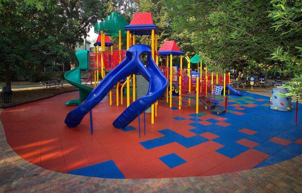 Резиновая плитка красного и синего цвета на детской площадке