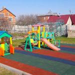 Детская игровая площадка из цветной резиновой плитки