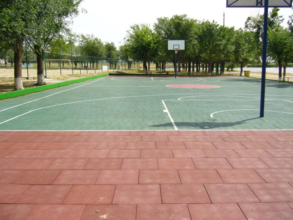 Плитка из резиновой крошки на баскетбольной площадке