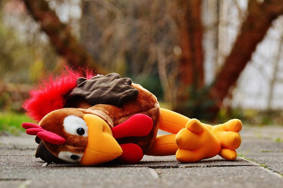 Детская игрушка лежит на улице