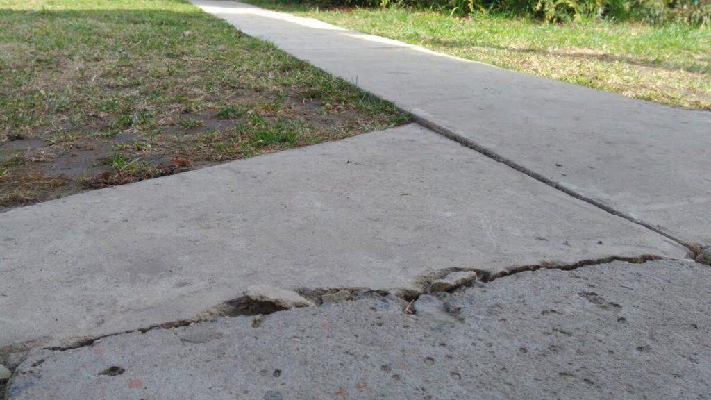 Трещины и сколы в бетонном основании
