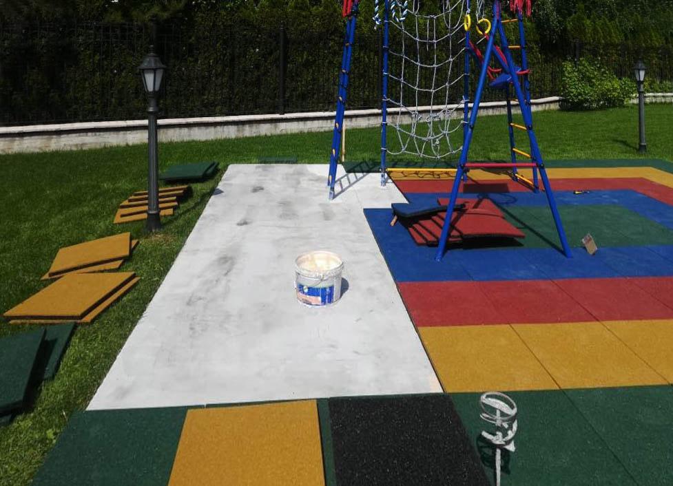 Детская площадка с цветной травмобезопасной резиновой плиткой