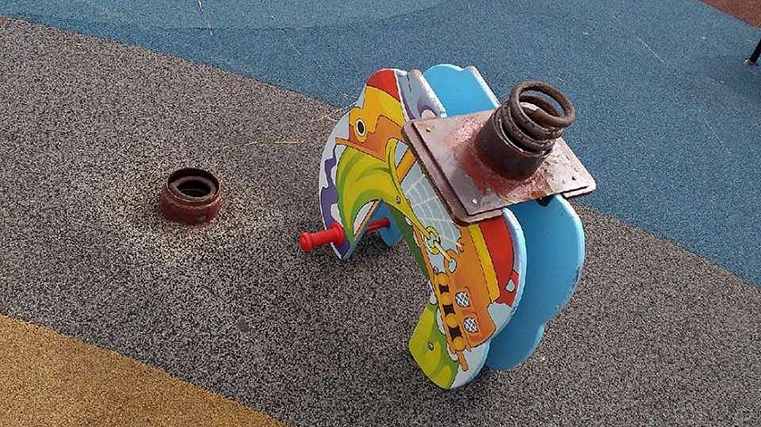 Поломанная пружина качалки на детской площадке