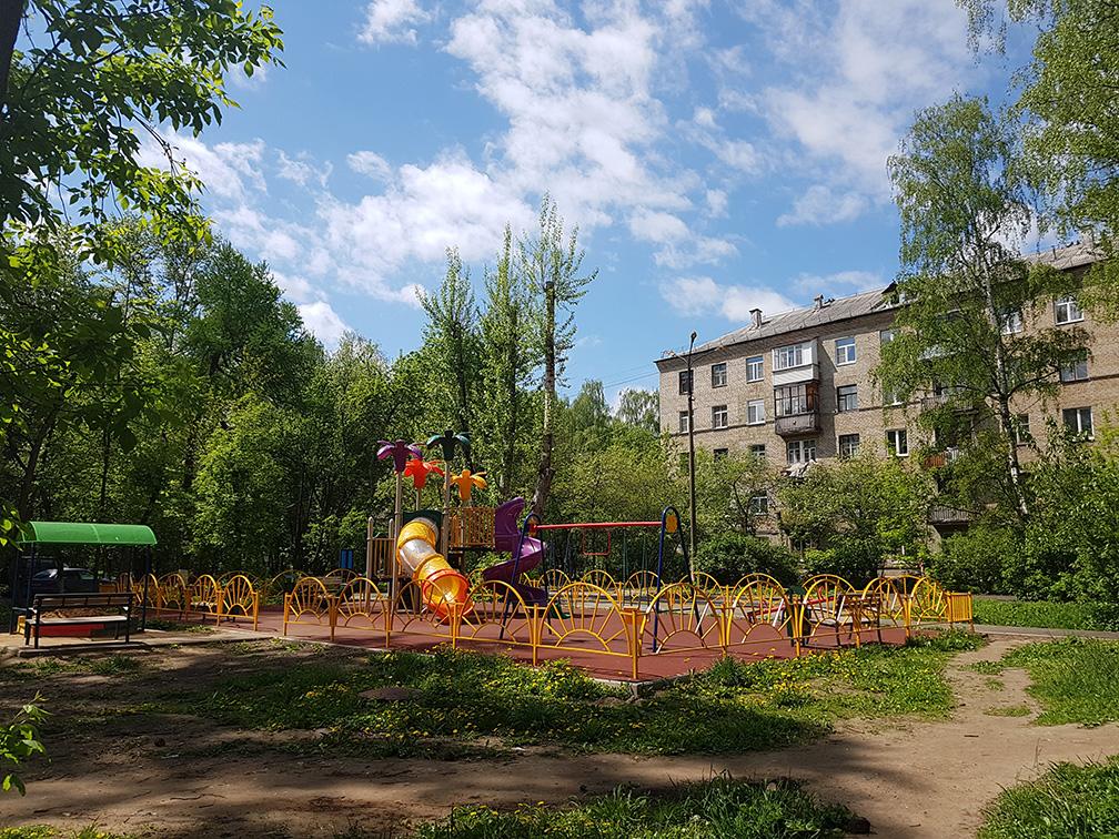 Детская площадка в старой парковой зоне