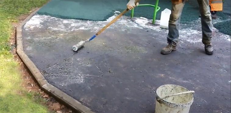 Нанесение праймера на бетонное основание детской площадки