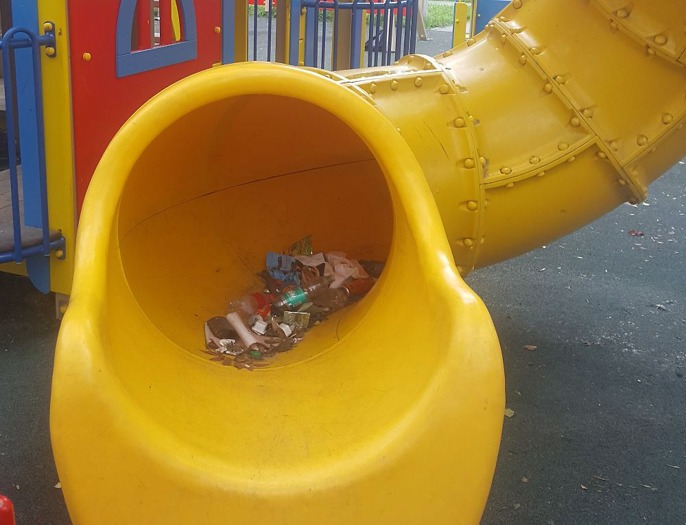 Залежи мусора на детской площадке