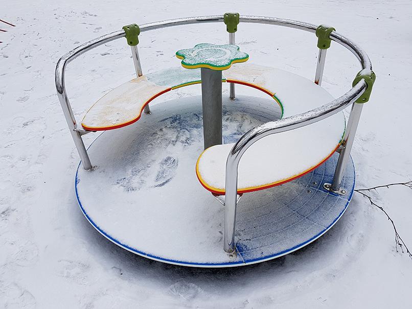 Игровое оборудование на детской площадке под снегом