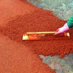 Нанесение резиновой крошки терракотового цвета