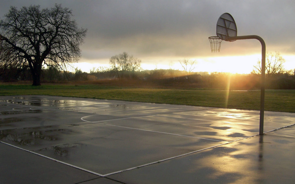 Лужи на баскетбольной площадке