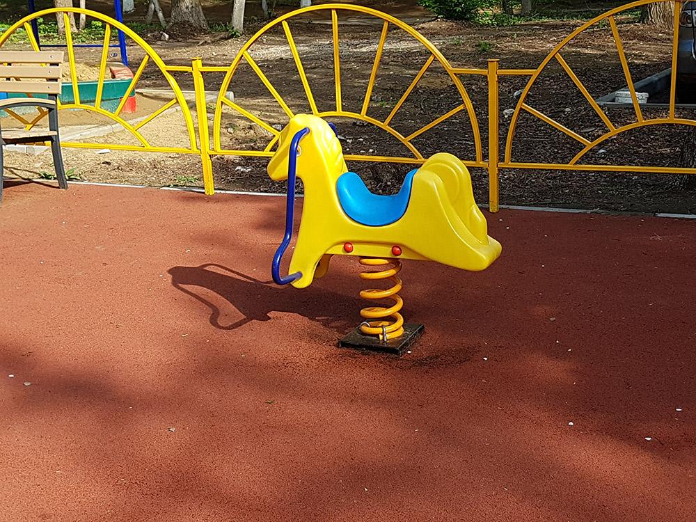 Детский балансир на площадке