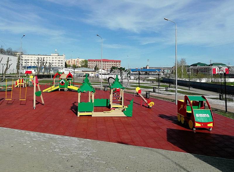 Деревянное игровое оборудование на детской площадке