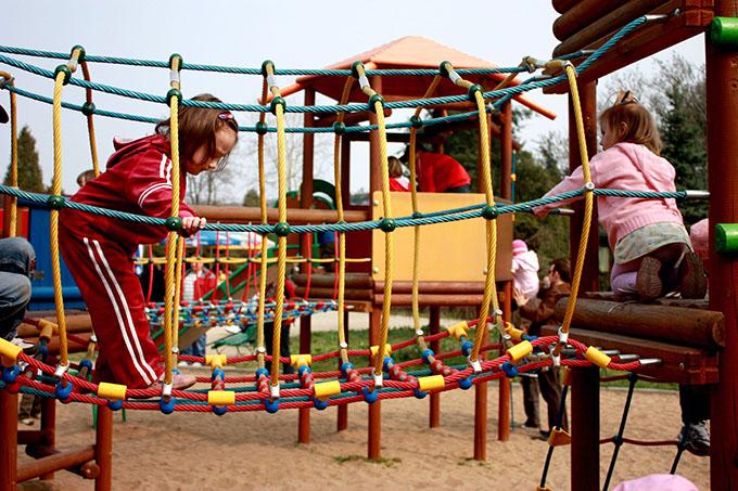 Дети играют на детской площадке
