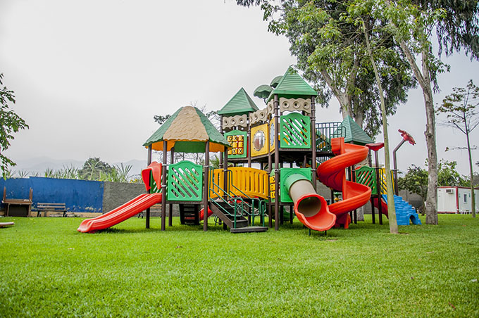 Детская площадка на траве