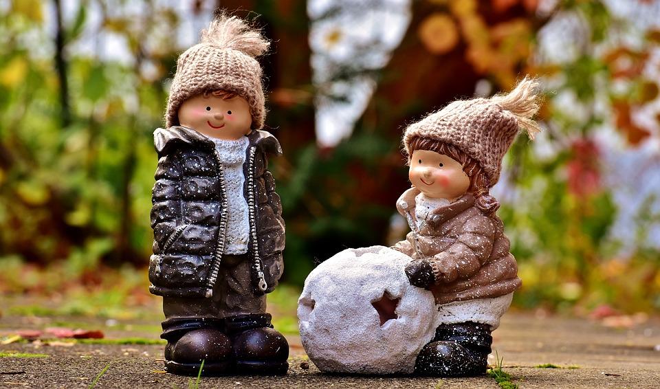 Две куклы на дорожке